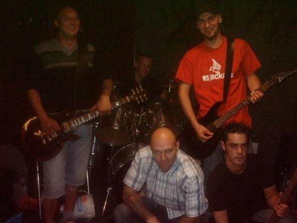 Marco Müller, rechts neben ihm Alexander Kuhr (Band: »Kraftschlag«) in der »Band Deathlist 5«