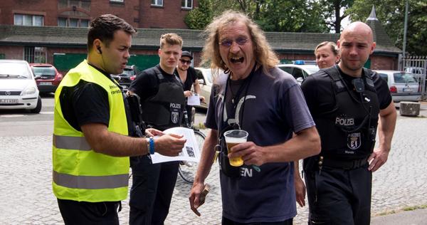 Frank Börner bepöbelt Leute vor dem Stadionfest des »SC Union« die gegen seine Mitgliedschaft in der AfD demonstrieren. (10.07.2016)