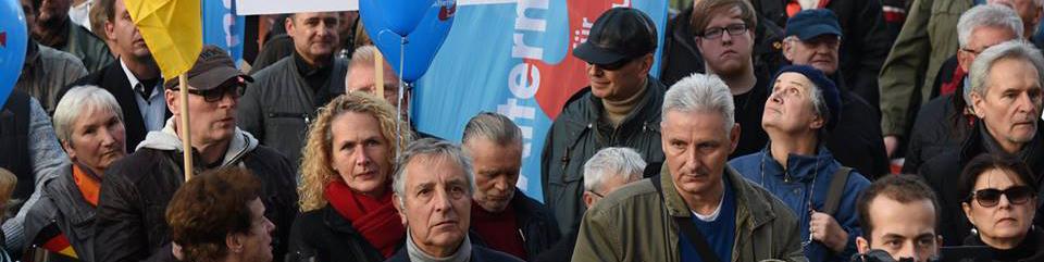 AfD-Aufmarsch auf dem Alexanderplaz. Links im Bild: Lutz und Liane Bottin (31.10.2015)