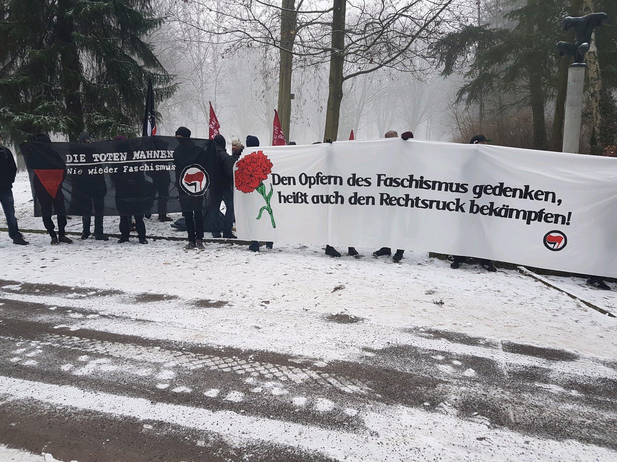 Schon frühzeitig postierten sich Antifaschist*innen vor der Gedenkstele